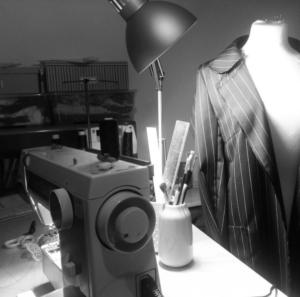 Naaimachine, atelier, de naakte naaister